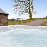 ysgubor-fawr-Hot-tub-bubbles
